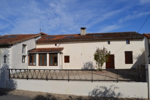 5 bedroom village house with courtyard and garden - Close to Civray