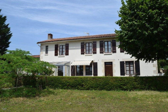House in Champagne Mouton with 4 Bedrooms and Outbuildings