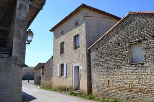 2 Bedroom Renovated Stone House With Barn And Courtyard